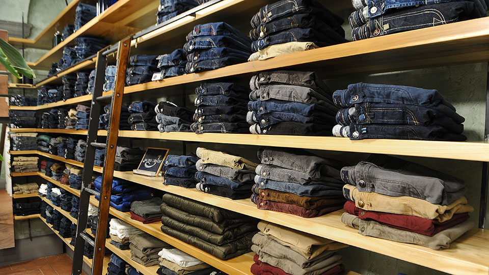 La stanza Eredi Chiarini dedicata al denim|etichetta tessuto jeans denim