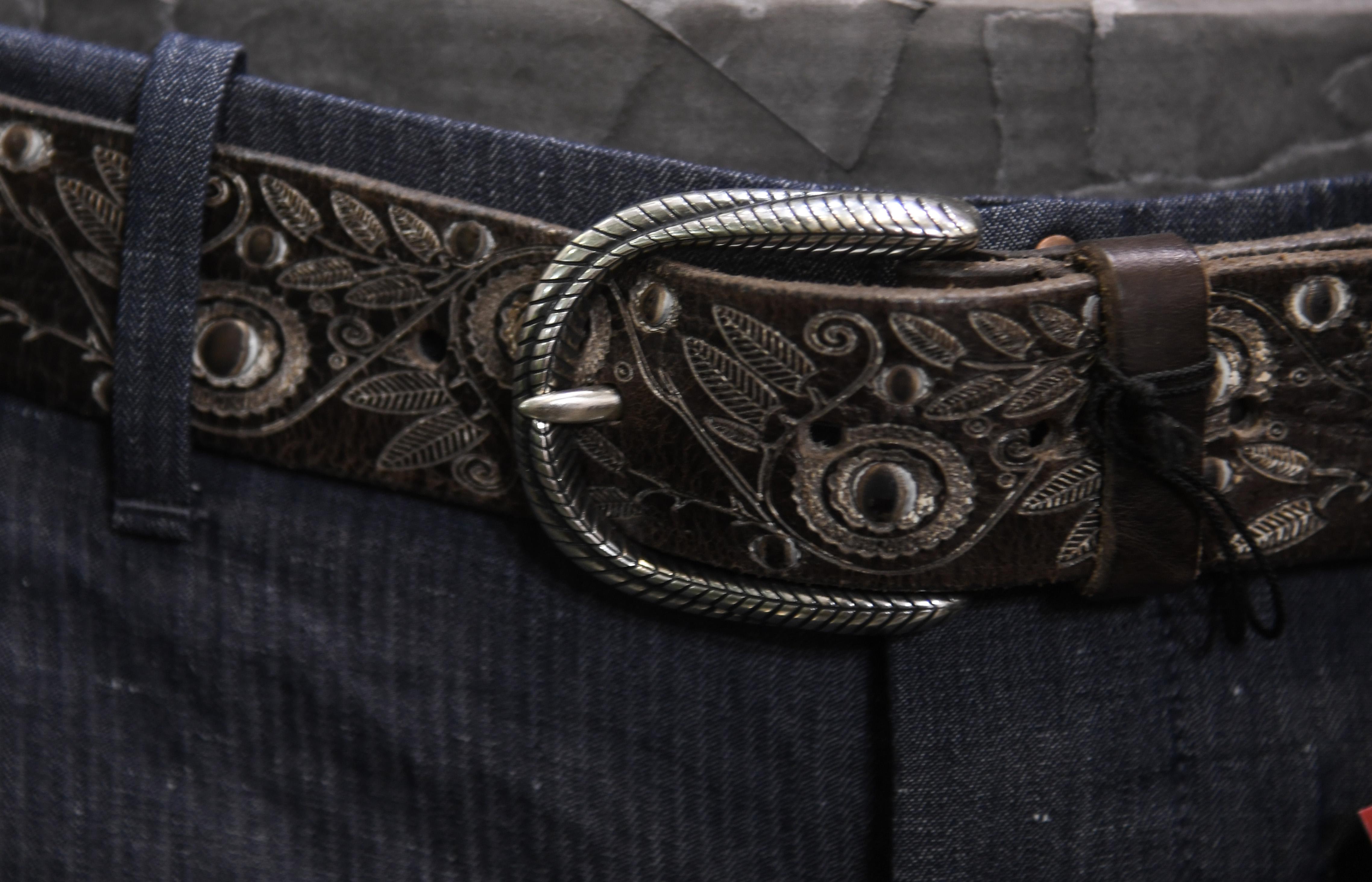 cintura uomo orciani in pelle lavorata con fibbia stondata incisa