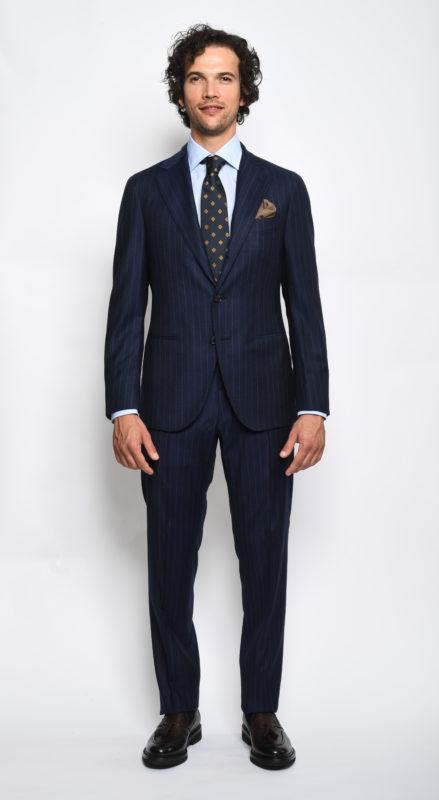 Cosa indossare al lavoro: abito uomo due pezzi gessato blu
