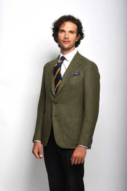 Outfit spezzato giacca verde pantalone blu camicia bianca