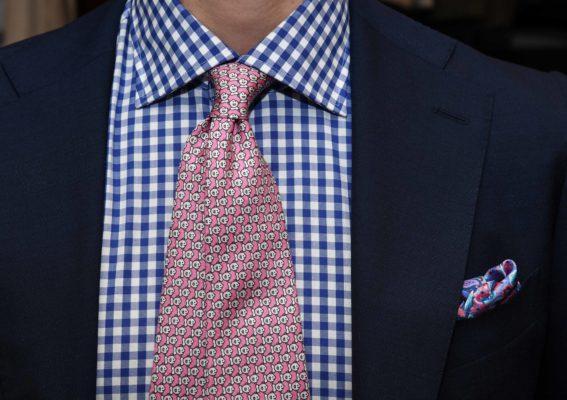 Pochette seta fantasia con cravatta rosa e abito blu