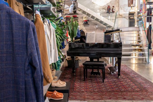 Il negozio Eredi Chairini - particolare del pianoforte all'ingresso