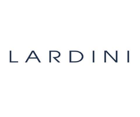 Lardini, eccelle nella confezione di abbigliamento uomo per Gentlemen moderni. Lardini a Firenze lo trovi da Eredi Chiarini